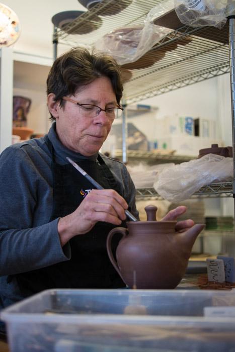Kathy Mommsen glazing ceramics ~ ©Valérie Jardin